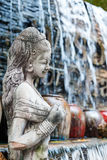 Cachoeira no jardim dianteiro com os frascos e as estátuas coloridos da água Imagens de Stock