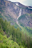 Cachoeira no lago avalanche na opinião lateral de parque nacional de geleira imagens de stock royalty free