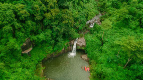 Cachoeira no meio da vista aérea da floresta, zangão Imagens de Stock