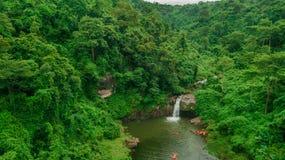 Cachoeira no meio da vista aérea da floresta, zangão Imagem de Stock Royalty Free