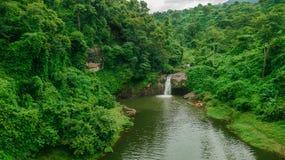 Cachoeira no meio da vista aérea da floresta, zangão Fotografia de Stock