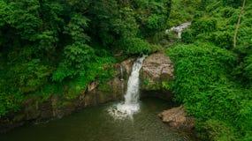 Cachoeira no meio da vista aérea da floresta, zangão Fotografia de Stock Royalty Free