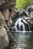 Cachoeira no pulo do ` s da jovem corça nas montanhas de Catskill imagens de stock royalty free