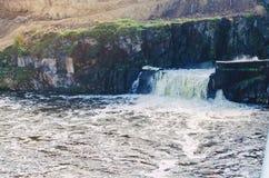 Cachoeira no rio, descarga da água na represa imagens de stock