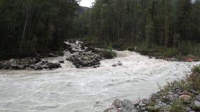 Cachoeira no rio Tekelyu, fluindo no rio de Akkem, montanhas de Altai filme