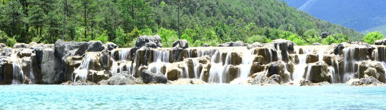 Cachoeira no vale da lua azul, Lijiang, China Imagens de Stock Royalty Free
