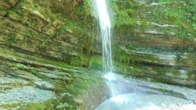 Cachoeira no volume de água puro da floresta entre rochas velhas vídeos de arquivo