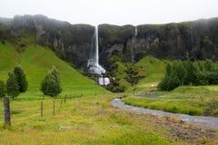 Cachoeira, paisagem no dia nevoento, Islândia Fotografia de Stock