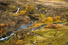 Cachoeira pequena bonita com rio Imagem de Stock Royalty Free