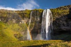 Cachoeira pequena bonita com rio Imagens de Stock Royalty Free