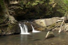 Cachoeira pequena Divochi Sliozy em Yaremche, Ucrânia Imagens de Stock