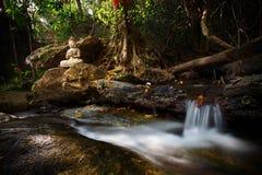 Cachoeira pequena do córrego bonito em Wat Palad, Chiang Mai, thail Imagens de Stock Royalty Free