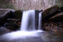 Cachoeira pequena do rio do conto de fadas em Smokey Mountains foto de stock