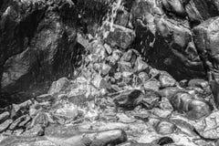 Cachoeira pequena entre rochas e pedras no musgo Fotografia de Stock