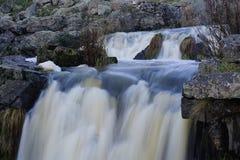 Cachoeira pequena na represa velha da serração imagem de stock royalty free