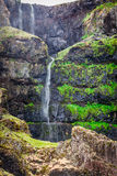 Cachoeira pequena nas montanhas, Islândia Foto de Stock Royalty Free