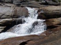 Cachoeira pequena nas serras Fotos de Stock Royalty Free