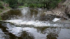 Cachoeira pequena no dia da nuvem filme
