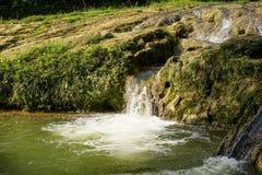Cachoeira pequena pelo lago Imagem de Stock Royalty Free