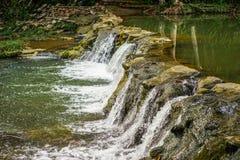 Cachoeira pequena pelo lago Imagens de Stock