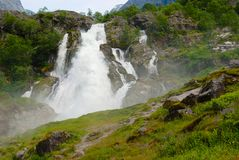 A cachoeira pitoresca com água derreteu da geleira de Jostedalsbreen no condado de Fjordane do og de Sogn, Noruega foto de stock royalty free