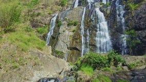 Cachoeira poderosa larga próxima da vista aérea nas montanhas video estoque