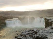 A cachoeira poderosa no inverno adiantado, distrito de Godafoss de Baroardalur, região do nordeste de Islândia imagens de stock royalty free