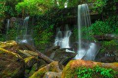 Cachoeira profunda da floresta em Tailândia foto de stock