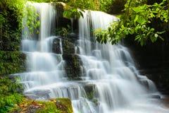 Cachoeira profunda da floresta em Tailândia fotos de stock royalty free