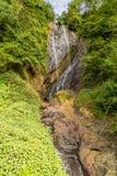 cachoeira profunda da floresta da ?gua clara das montanhas rochosas imagens de stock