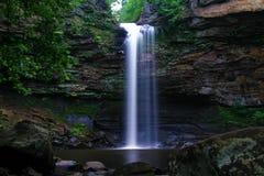 Cachoeira profunda poderosa da garganta das madeiras Fotos de Stock