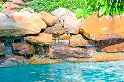 Cachoeira que cai em uma piscina azul Fotografia de Stock Royalty Free
