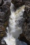 Cachoeira que flui entre Lava Stones Fotos de Stock Royalty Free