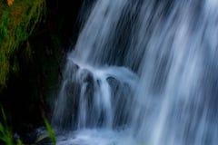 Cachoeira que vislumbra na luz solar fotografia de stock