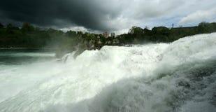 A cachoeira Rhine cai (Rheinfall) em Schaffhausen Fotos de Stock