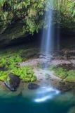 Cachoeira, rochas musgosos, e associação imagens de stock