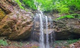 Cachoeira selvagem em uma floresta remota Rússia fotografia de stock royalty free