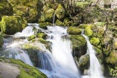Cachoeira Skaklia, vila de Bov, desfiladeiro de Iskarsko Fotografia de Stock