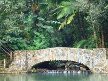 Cachoeira sob a ponte Fotos de Stock
