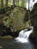 Cachoeira sob a rocha Fotografia de Stock Royalty Free