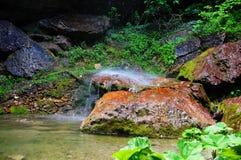 Cachoeira sobre rochas Foto de Stock