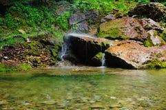 Cachoeira sobre rochas Imagens de Stock