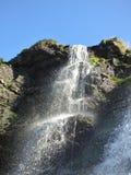 Cachoeira sobre rochas musgosos Imagens de Stock Royalty Free