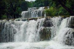 Cachoeira tropical. Foto de Stock