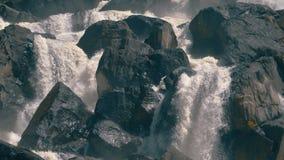 Cachoeira uchar em montanhas de altay video estoque
