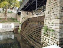 Cachoeira velha com escadas Foto de Stock