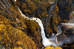 A cachoeira Voringfossen, a gota rápida na água Fotografia de Stock Royalty Free