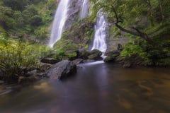 Cachoeiras bonitas no parque nacional em Tailândia Khlong Lan Waterfall, província de Kamphaengphet Fotos de Stock