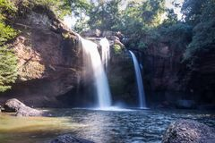 Cachoeiras bonitas surpreendentes na floresta profunda na cachoeira de Haew Suwat no parque nacional de Khao Yai foto de stock