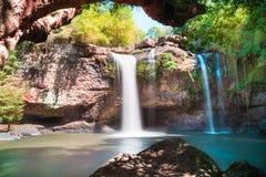 Cachoeiras bonitas surpreendentes na floresta profunda na cachoeira de Haew Suwat no parque nacional de Khao Yai imagens de stock